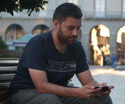 Anxo Sánchez mirando el móvil